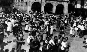 Baile en la plaza. Fuente: Libro Raíces de El Arenal